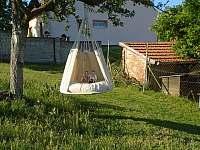 Závěsné křeslo v zahradě - Kostelec