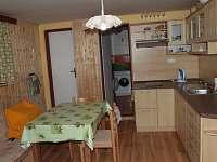 kuchyně s pohledem do koupelny