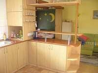 část kuchyně s pohledem na obývací kout