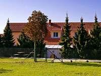 penzion Popice - pohled z parku