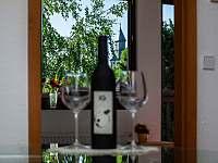 Apartmán č.2. - výhled z kuchyně na místní kostel. - k pronájmu Kurdějov