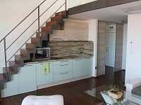 Moderní kuchyně v apartmánu