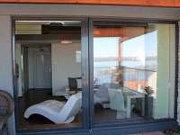 Pohled na interiér apartmánu z terasy