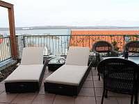 Pohodlné lehátka na terase apartmánu Pálava