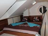Romantická postel z francouzským oknem
