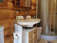 Koupelna se sprchou v přízemí - pronájem srubu Salaš u Velehradu