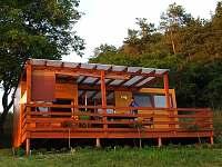 chata nahoře, volně přístupná terasa, větší skupině možno pronajmout i k noclehu