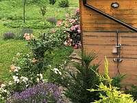 chata - venkovní sprcha - chalupa k pronájmu Radějov