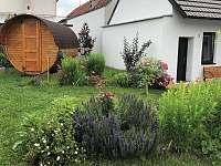 obytný sud v zahradě -