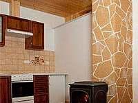 Druhá společenská místnost s kuchyňskou linkou a toaletou