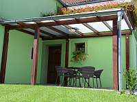 Venkovní posezení - rekreační dům k pronájmu Lukov