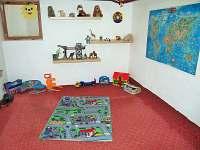 Herna pro děti v suterénu vedle posezení sklípku