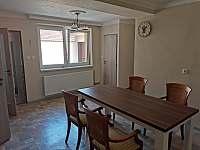 Apartmány Hluk - jídelna součástí kuchyně s výhledem na dvůr -