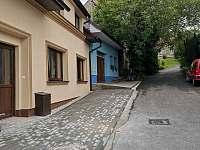 Apartmány Hluk - vchod a parkovací místo pro hosty -