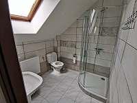 Podkrovní apartmán - Koupelna se sprchovým koutem a WC - Hluk