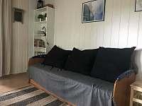 Rozkládací sedačka v obýváku - chata k pronájmu Jedovnice