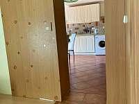 Pohled z pokoje do kuchyně - apartmán k pronajmutí Uherské Hradiště