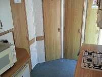 Dveře na WC, do ložnice 2 a do koupelny - chata k pronajmutí Hostěnice