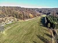 GOLD VALLEY - letecký pohled na celé údolí a krajinné prvky v čase podzimním - chata k pronájmu Hostěnice