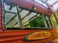 Velké galerijní okno s výhledem do lesa a údolí
