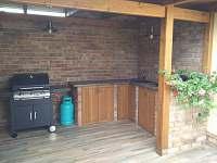 venkovní posezení s grilem a kuchyní