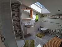 koupelna v podkroví - pronájem rekreačního domu Milovice