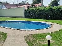 venkovní bazén s 55 kubíky vody a pískovou filtraci