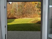 Soukromý apartmán č. 6 - výhled na terasu a k lesu