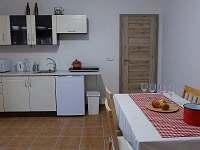 Kuchyně v červeném apartmá