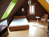 Ložnice v podkroví - chalupa k pronajmutí Ždánice