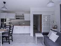 Ubytování na Lontu - kuchyně s jídelním koutem a obývací částí - pronájem apartmánu Němčičky
