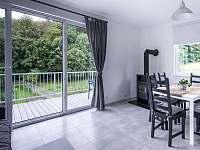 Ubytování na Lontu - kuchyně s jídelním koutem a obývací částí - Němčičky