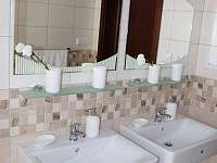 koupelna v patře - chalupa k pronájmu Petrovice