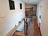 Kuchyňský kout v 1 patře, schodiště. - Petrovice