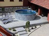 Pohled z terasy na bazén - chalupa ubytování Petrovice