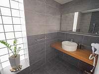 Koupelna v p. 1 - vila k pronájmu Blatnička