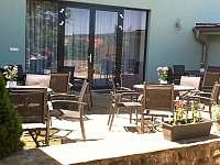 Posezení na terase - vila k pronajmutí Blatnička