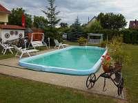 bazén s posezením a krbem