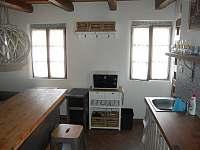 Plně vybavená kuchyně s výhledem do sklepního městečk