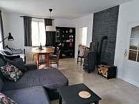 Obývací pokoj s jídelnou - chalupa k pronájmu Hostíkovice