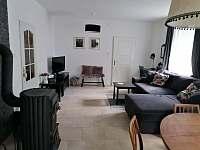 Obývací pokoj s jídelnou - chalupa k pronajmutí Hostíkovice
