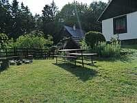 Zahrada s ohništěm - chalupa ubytování Hostíkovice
