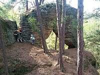 skalní brána (800 m od chalupy) - k pronajmutí Jestřebice