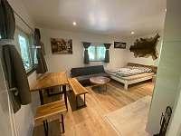Hlavní místnost s manželskou postelí - chata k pronajmutí Doksy