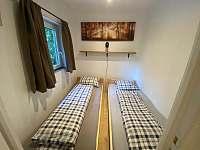 Ložnice s 2 jednolůžkovými postelemi - chata k pronájmu Doksy