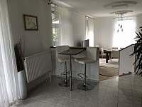 Barový stolek a vstup do obýváku - vila k pronájmu Doksy