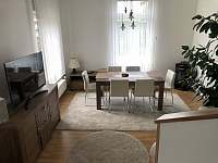 Obývák s jídelním koutem - vila k pronajmutí Doksy
