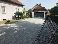 Parkování a garáž pro uložení kol - vila k pronájmu Doksy