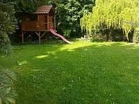 domeček s klouzačkou a pískovištěm - pronájem rekreačního domu Doksy