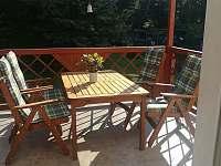 Krytá terasa s výhledem na zahradu a park - rekreační dům k pronájmu Doksy
